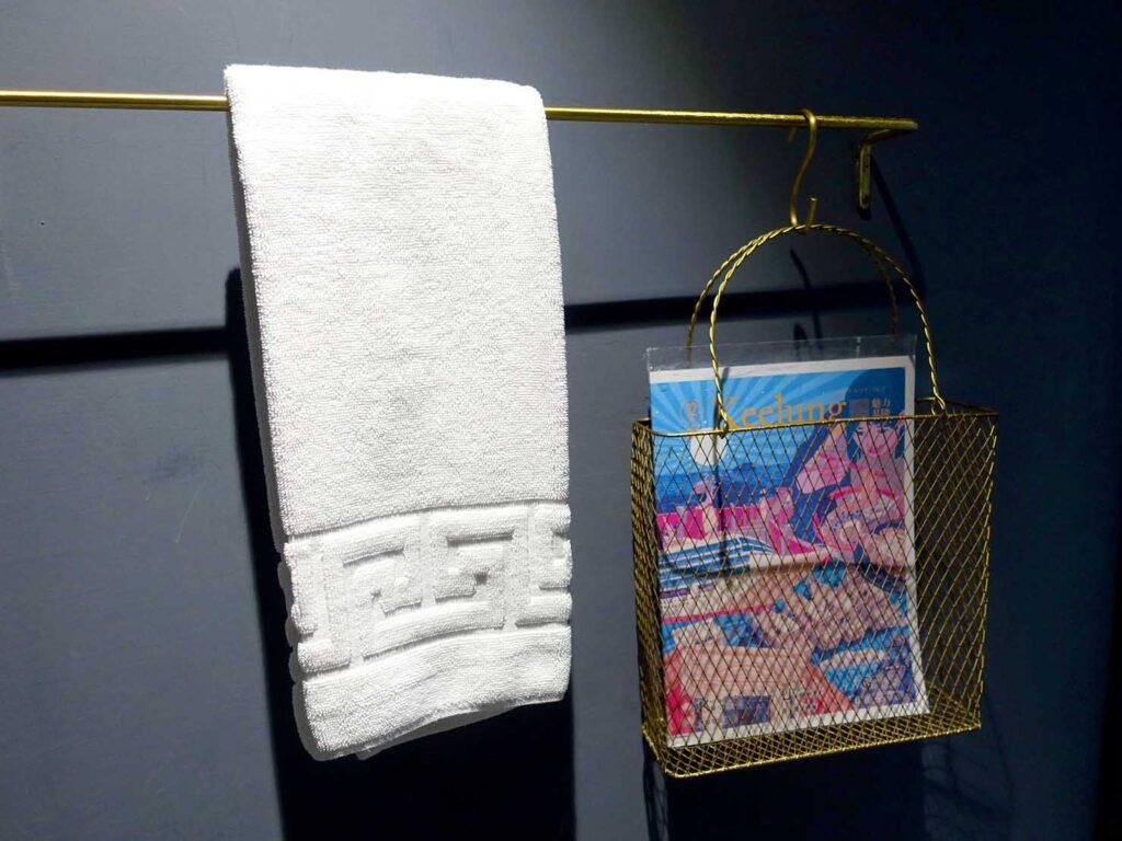 基隆・和平島のおすすめゲストハウス「粼島旅宿 Spangle Inn」オーシャン・ダブルルームのバスルームに準備された雑誌