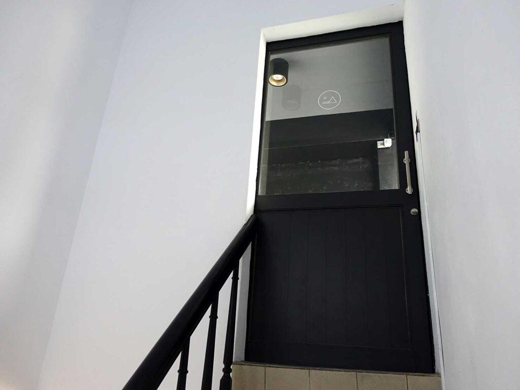 基隆・和平島のおすすめゲストハウス「粼島旅宿 Spangle Inn」の屋上テラスへつながるドア
