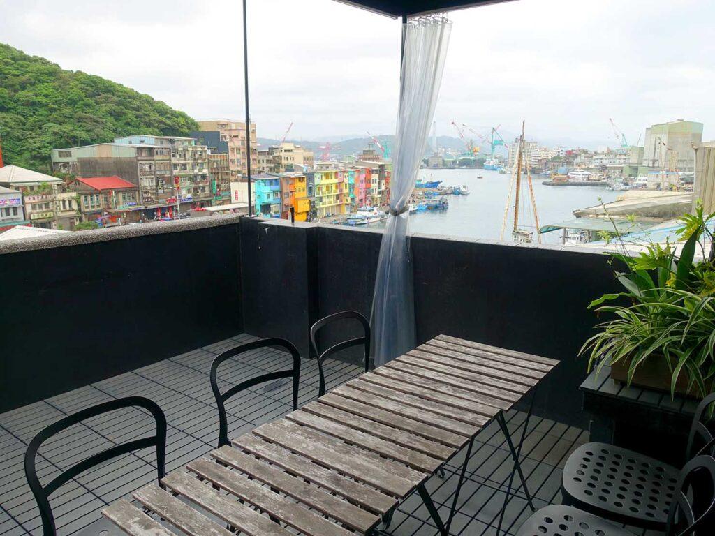 基隆・和平島のおすすめゲストハウス「粼島旅宿 Spangle Inn」の屋上テラス