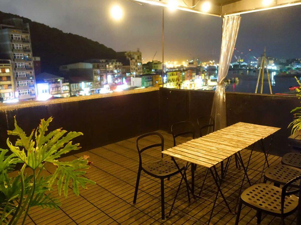 基隆・和平島のおすすめゲストハウス「粼島旅宿 Spangle Inn」夜の屋上テラス
