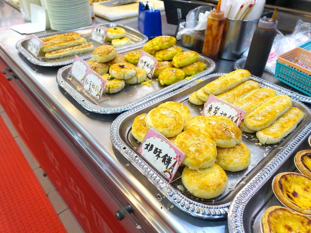 台北・行天宮のおすすめグルメ店「洪記豆漿大王」のカウンターに並ぶ餅たち