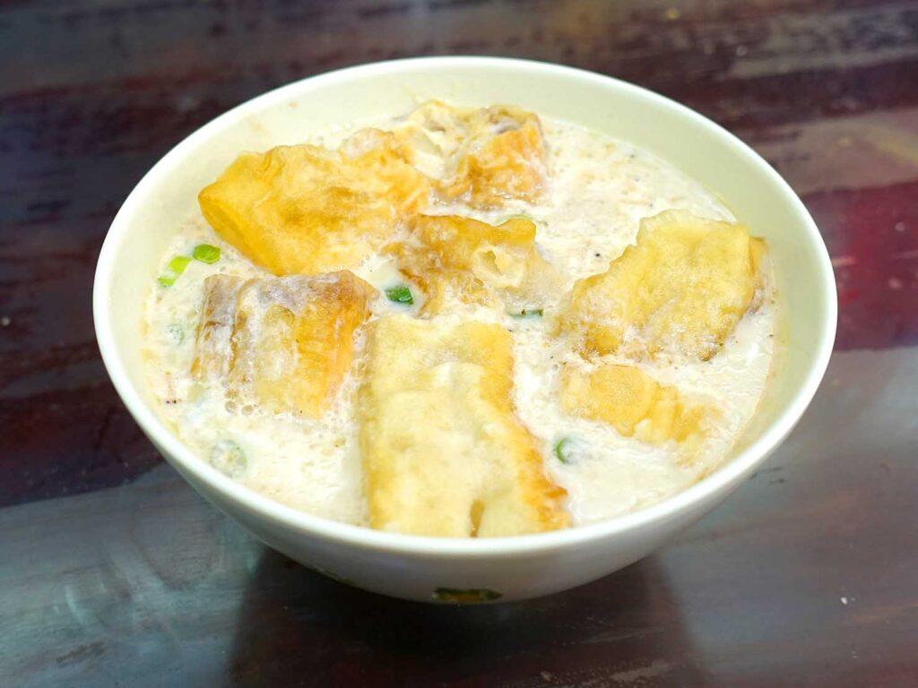 台北・行天宮のおすすめグルメ店「洪記豆漿大王」の鹹豆漿