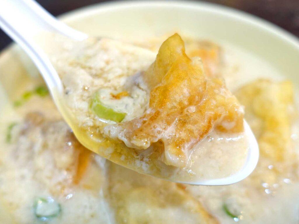 台北・行天宮のおすすめグルメ店「洪記豆漿大王」の鹹豆漿クローズアップ