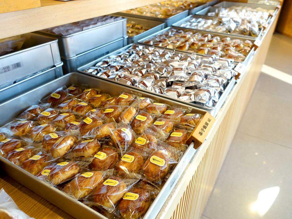 台北・迪化街にある創業70年の和菓子店「滋養製菓」の店内に並ぶお菓子