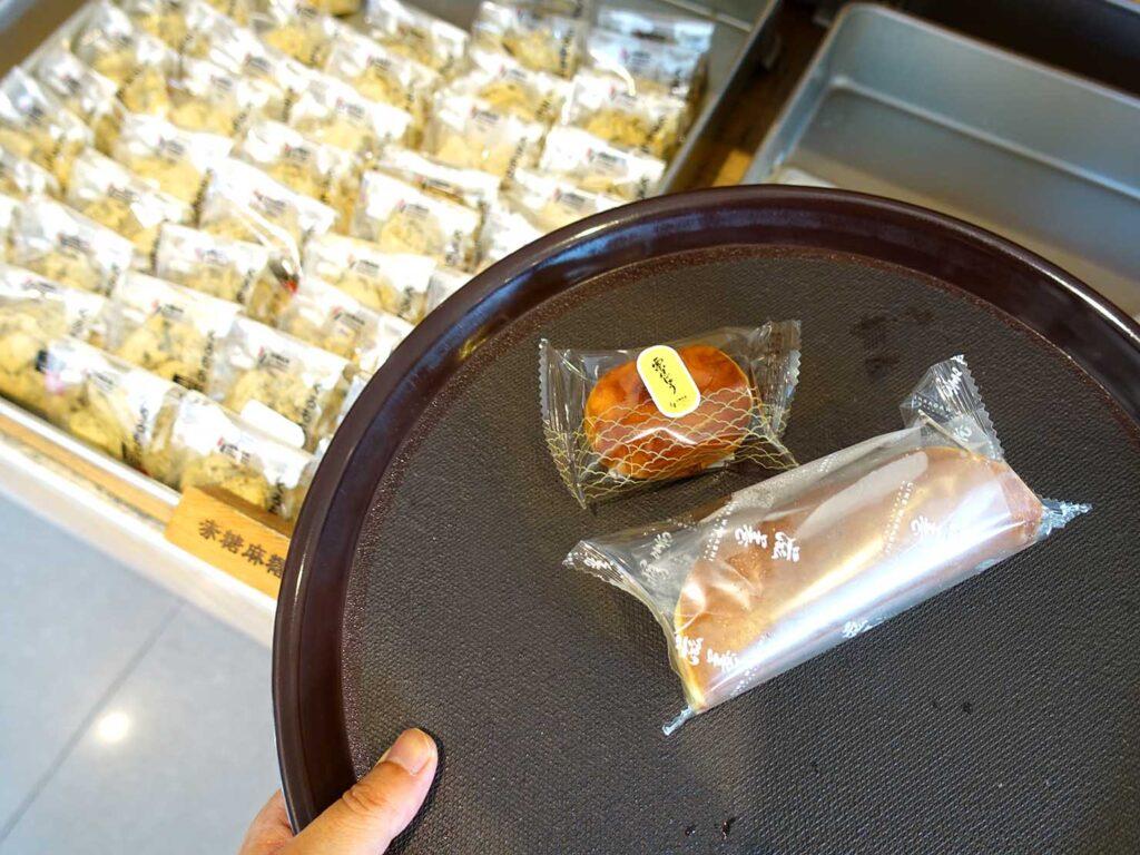 台北・迪化街にある創業70年の和菓子店「滋養製菓」でお菓子をピックアップ