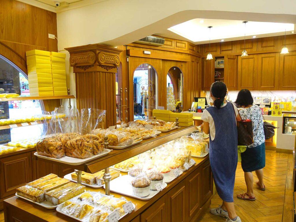 台北駅前エリアにある老舗菓子店「明星西點」の店内