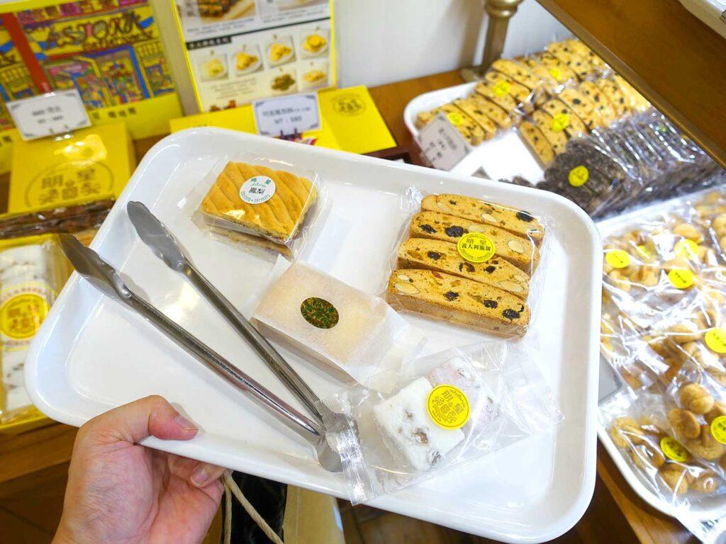 台北駅前エリアにある老舗菓子店「明星西點」でお菓子をピックアップ