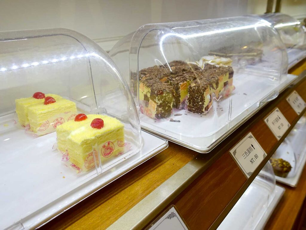 台北駅前エリアにある老舗菓子店「明星西點」に並ぶケーキ