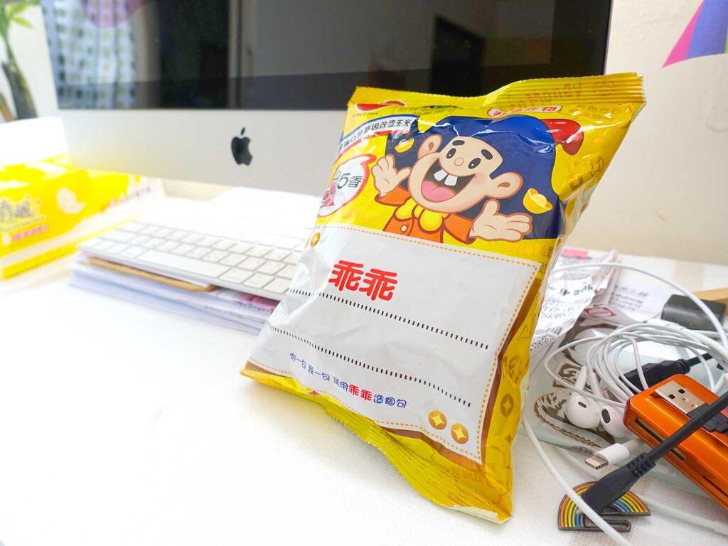 台湾のスーパーで買えるおすすめローカルスナック菓子「乖乖」とパソコン