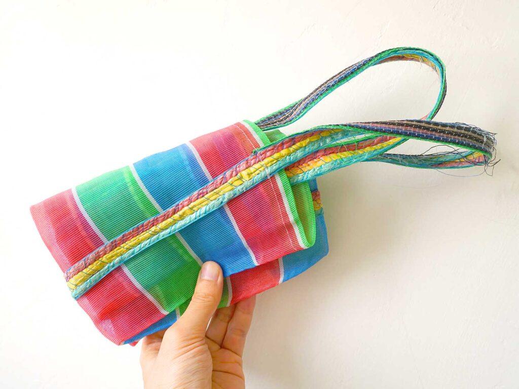 台湾生活で愛用しているナイロン漁師網バッグ「茄芷袋」を折り畳む