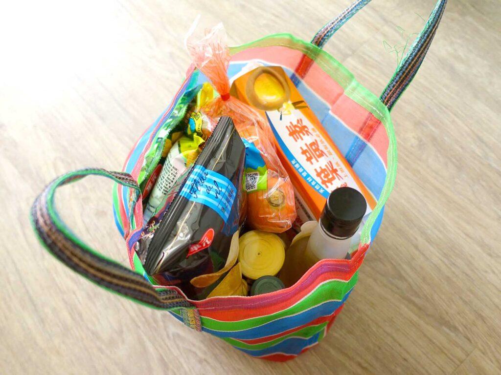 台湾生活で愛用しているナイロン漁師網バッグ「茄芷袋」に詰まった食料品
