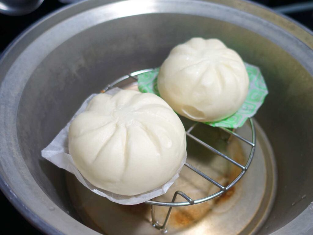 台湾の自宅でよく食べる朝ごはん「安心豬燒肉包」の大同電鍋で蒸す
