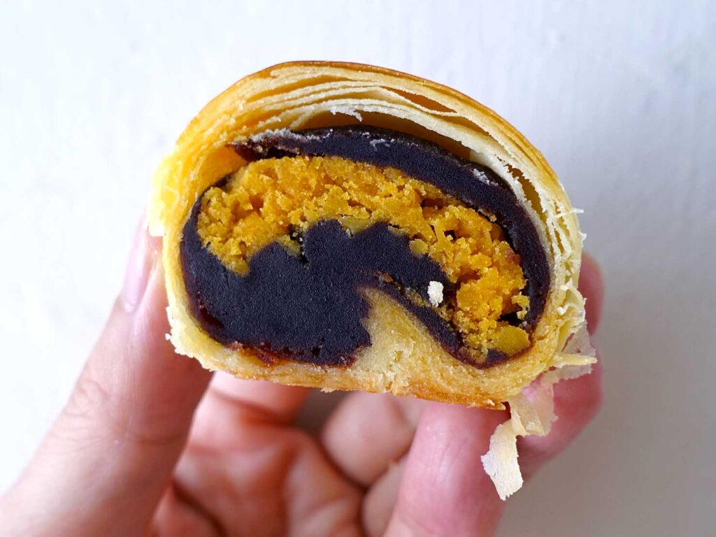 台湾の伝統菓子「蛋黃酥」クローズアップ